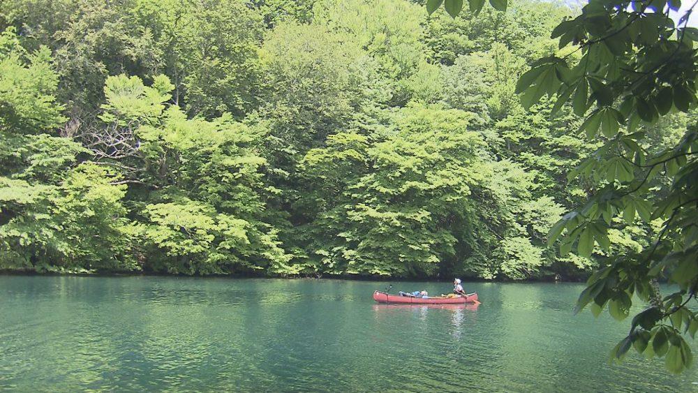 カヌーに乗って、神秘の湖・十和田湖を体感