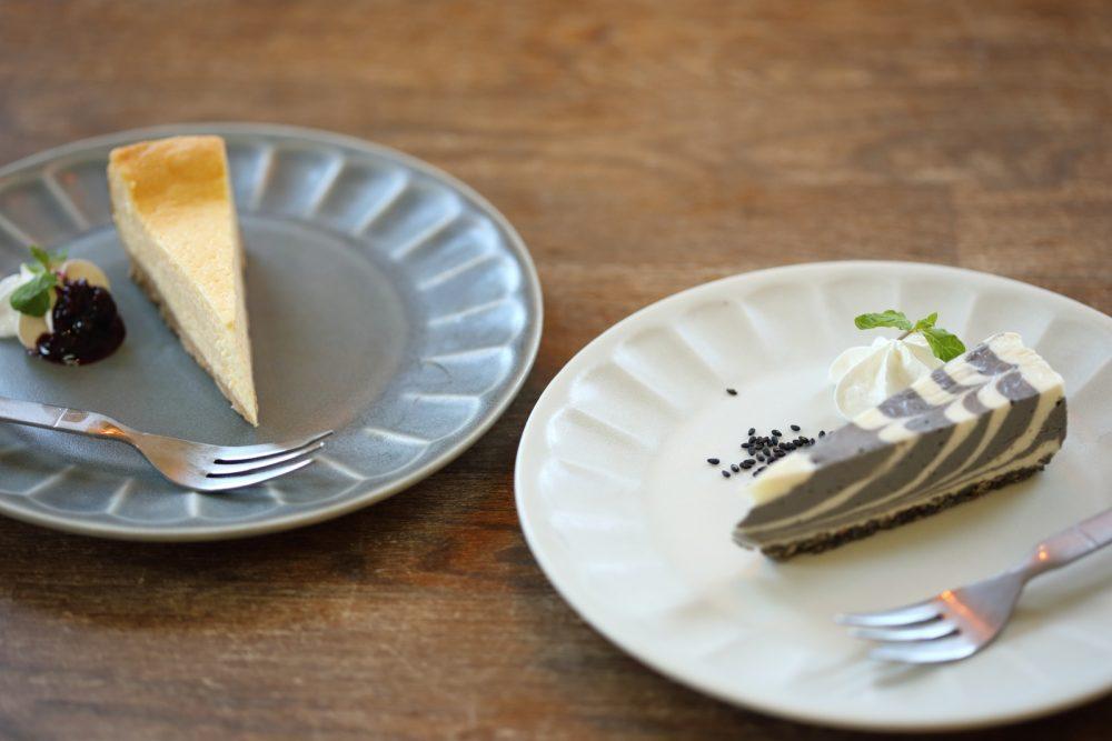 右は「黒ゴマのレアチーズケーキ」