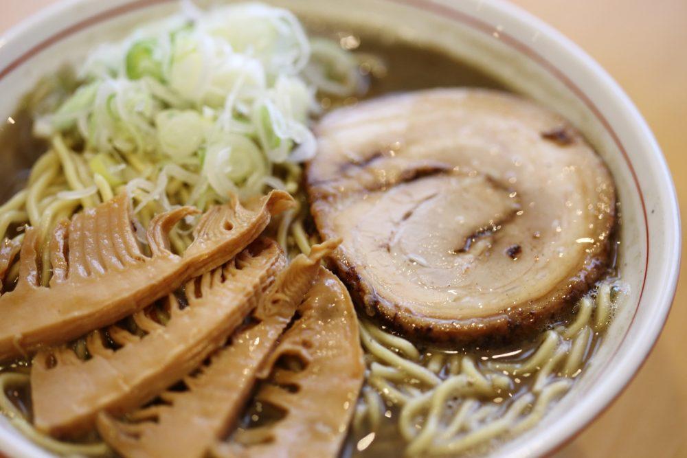 食感も楽しめる「冬筍(とんすん)」と呼ばれるタケノコを煮しめたメンマ