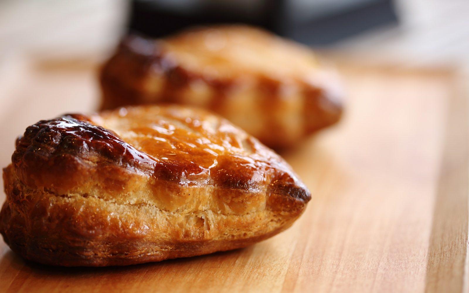 美しいリーフが特徴的、味も形も上品なアップルパイ