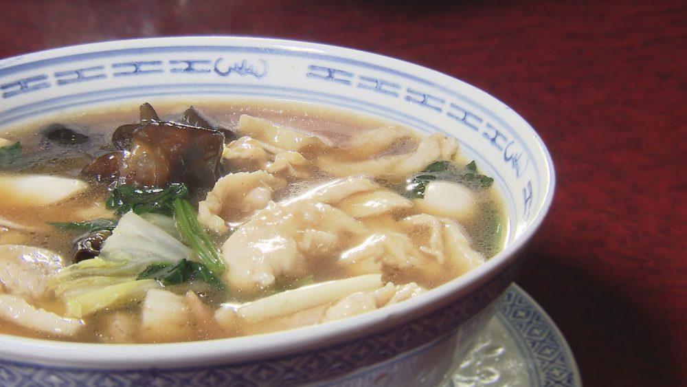 秘伝のしょうゆだれに鶏と豚が印象的なスープの「五目そば」