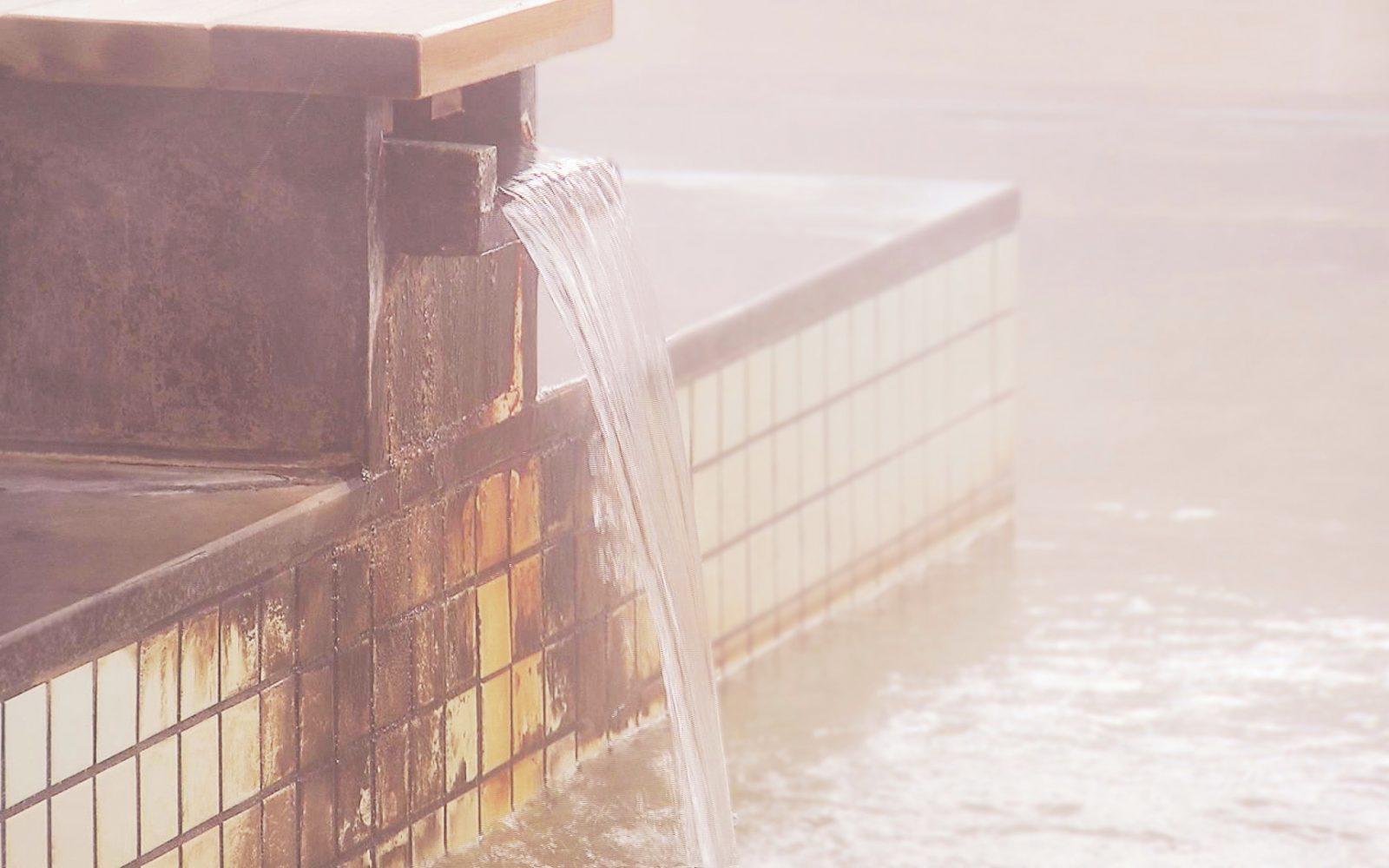 家族風呂もあり!熱めのお湯が特徴の源泉かけ流しの湯