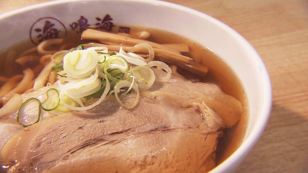 青森市で愛される味!魚だしがきいたスープに極太の手打ち麺が印象的な一杯